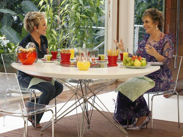 Durante a entrevista Ana Maria Braga se divertiu com o jeito extravagante de Clô