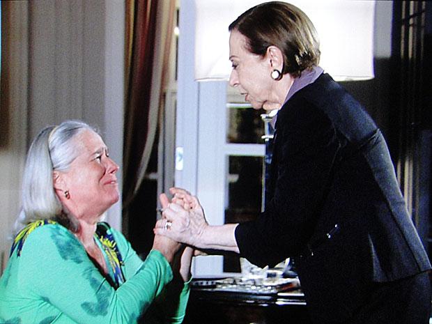 Candê implora para que Bete retire acusações contra Fred
