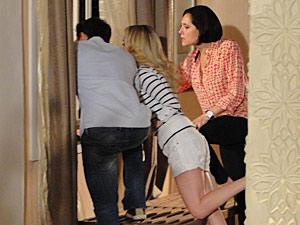 Jorgito, Camila e Rebeca olham da janela
