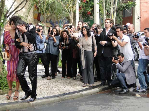 Jacques e Clotilde fogem dos jornalistas