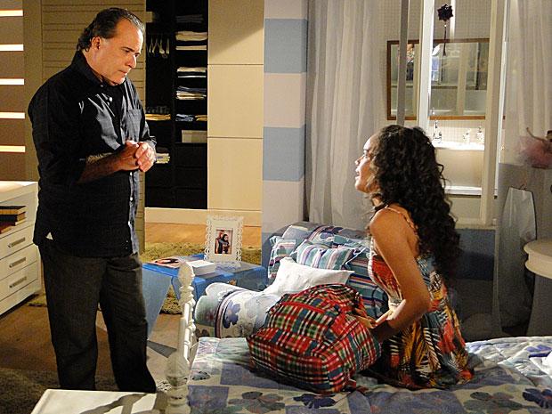 Kelly fica com raiva de Totó e decide voltar para a casa de Candê