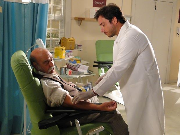 Max recolhe o sangue para o teste de DNA