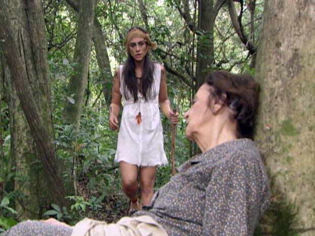 Estela encontra Mariquita desmaiada no meio da mata fechada