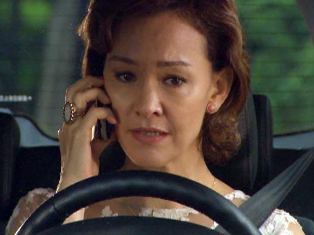 Amélia termina seu relacionamento com Vitor pelo telefone