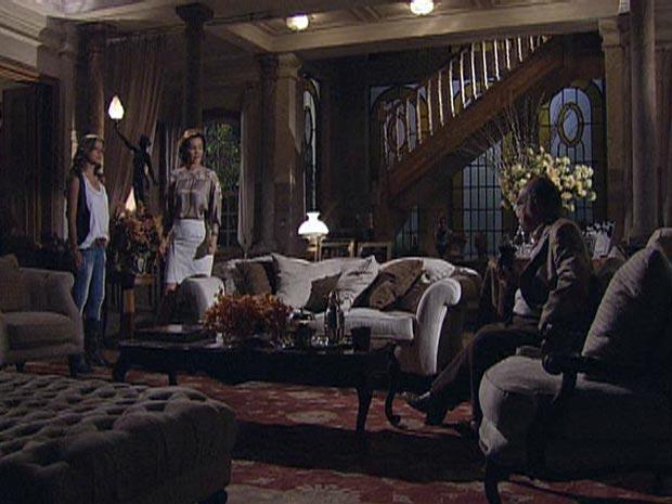 Manuela e Amélia enfrentam Max na sala de casa