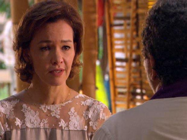 Amélia confessa a padre Emílio que está traindo Max com outro