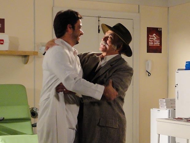 Vitorioso, o carcamano abraça Antônio Carlos como se fosse seu melhor amigo