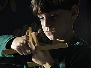 O menino fica com raiva e destroi brinquedo do irmão