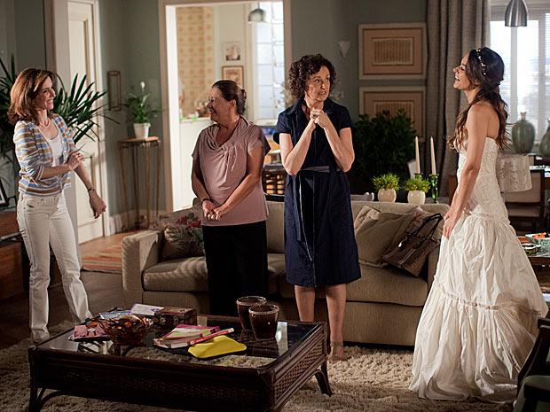 A morena está ansiosa com a chegada de Marina, sua madrinha de casamento