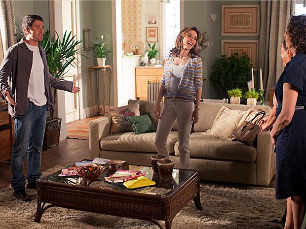 Pedro chega na hora em que Luciana está experimentando o vestido, mas Eunice não deixa ele ver a noiva