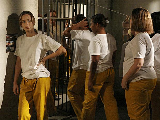Ela é obrigada a engolir as provocações das companheiras de cela