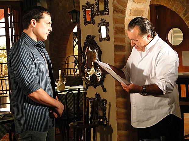 Diogo mostra a Totó o testamento que encontrou na casa de Clara