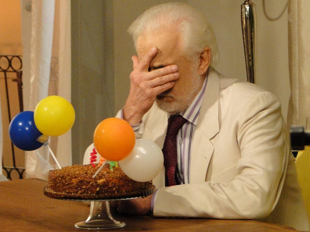 Olavo ganha bolo de Guida, mas se recusa a comemorar sozinho