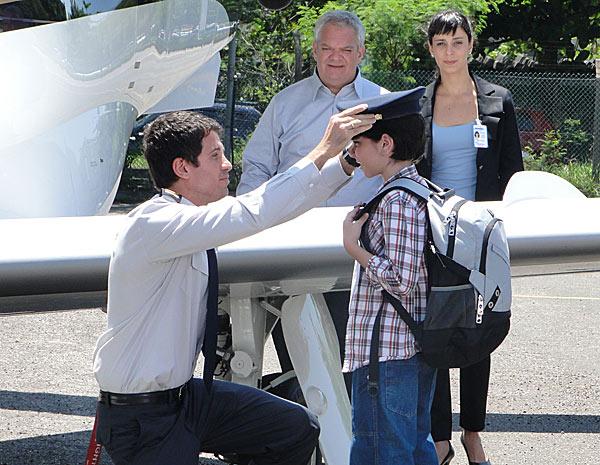 Werner observa o piloto Pedro brincando com um passageiro