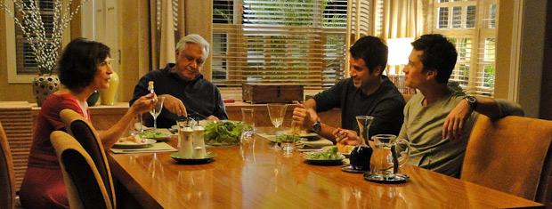 Raul, Wanda e os filhos estão jantando quando Léo pede dinheiro ao pai