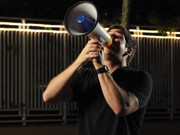 Bêbado, Pedro faz escândalo em frente à casa de Camila