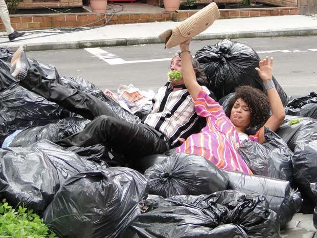 Jacques e Clotilde são humilhados e jogados no meio do lixo