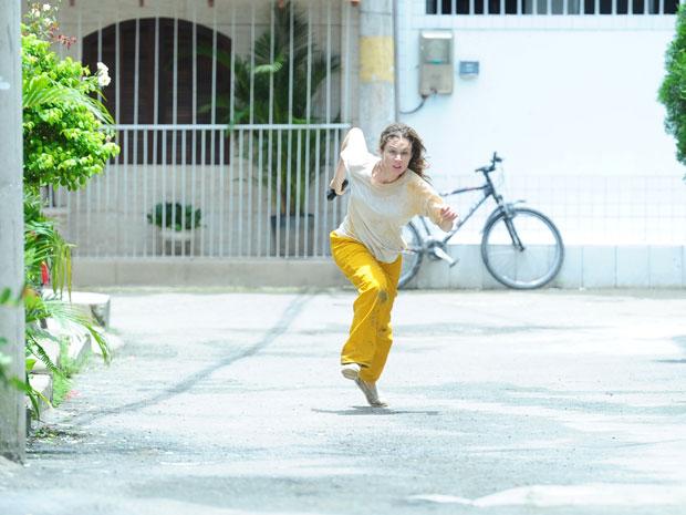 Clara corre durante fuga