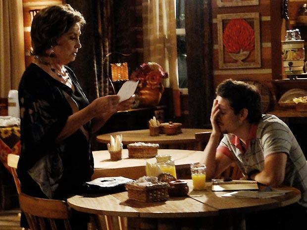 Beatriz flagra Tavinho escrevendo o bilhete para Lenita e ele fica sem reação