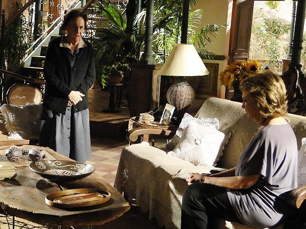 Mariquita repreende Beatriz por ela ter contado a Solano que Max pode ser seu pai