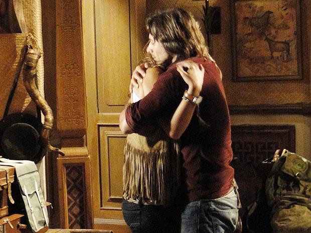 Solano e Manuela choram abraçados