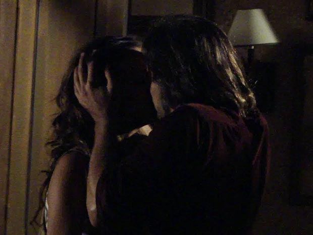 O casal não aguenta e se beijo, fervorosamente