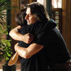 Os dois se abraçam