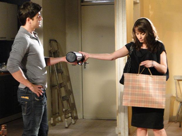 Laura devolve pertences que Fred deixou na metalúrgica