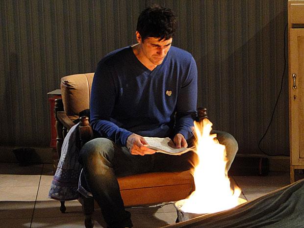 Fred decide queimar provas contra o pai
