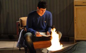 Mesmo após descobrir tudo sobre Lobato, Fred queima provas que o incriminam (passione/tvglobo)