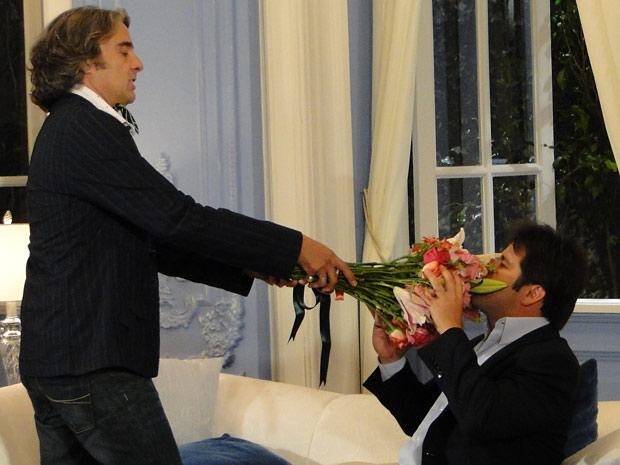 Jacques joga o buquê de flores em Ari