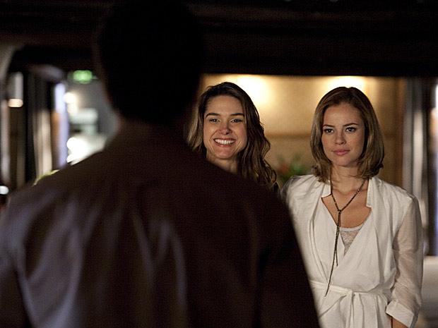 Marina fica chocada quando Luciana chega ao lado de Pedro