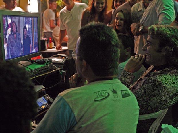 Alexandre Borges se diverte assistindo a cena