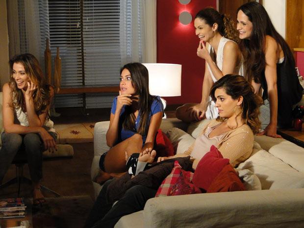 Amanda e Desirée assistem ao barraco na TV