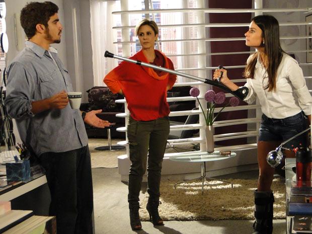 Irritada, Amanda exige uma explicação de Edgar
