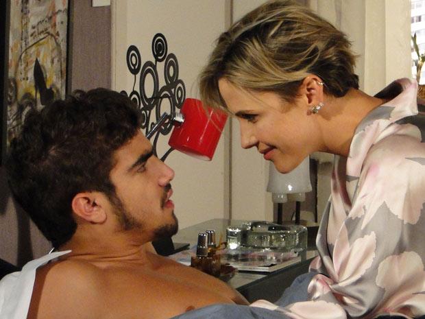 Acordado, Edgar fica sem entender como foi parar no apartamento de Luisa