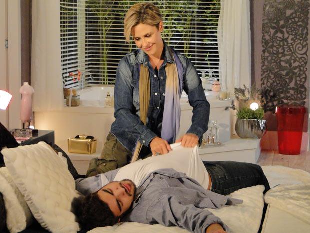 Luisa leva Edgar para casa e tira a roupa do rapaz