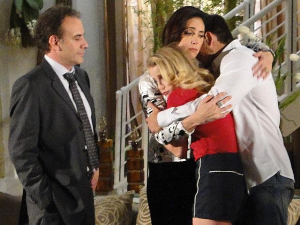 Rebeca recebe apoio de Gino e dos filhos