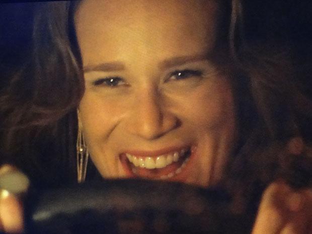 Clara sorri ao pegar estrada e se considerar vitoriosa em sua fuga, mas a loira sofre um grave acidente e seu carro explode!