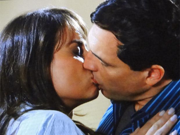 Laura e Diogo se beijam