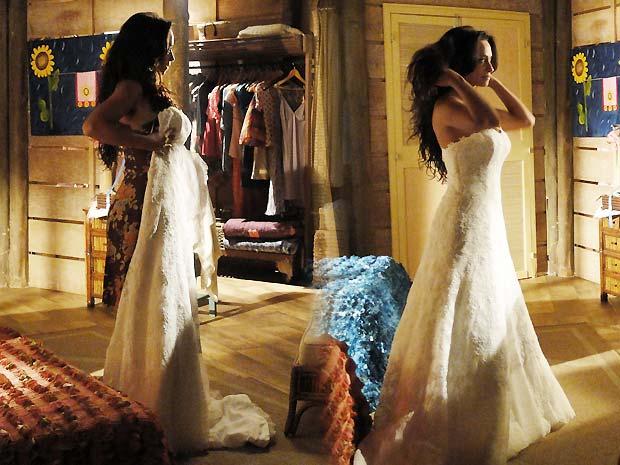 Jana se emociona ao provar o vestido