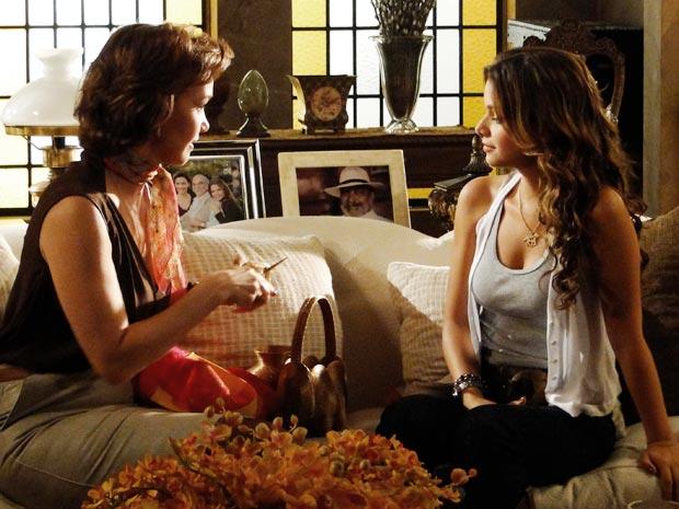 Amélia conta para Manuela que tem vontade de abrir uma loja de artesanatos