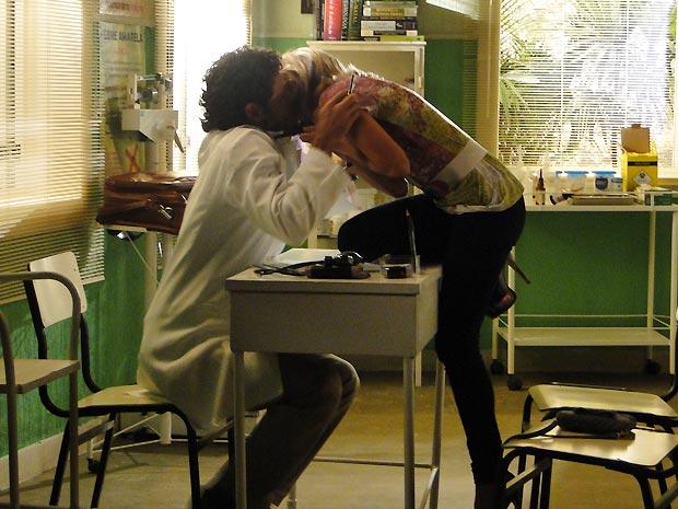 Lenita beija Ricardo, achando que ele é seu admirador secreto