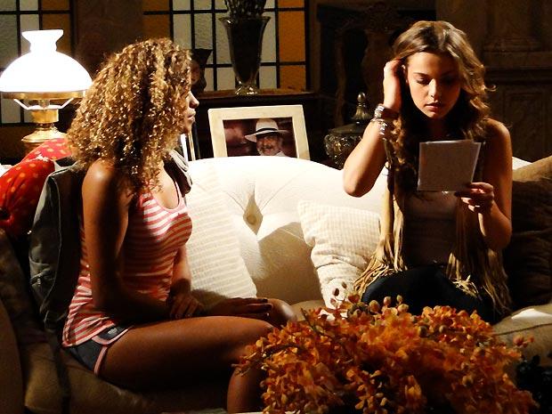 Esmeranlda entrega a Manuela a foto ampliada do homem no sanatório