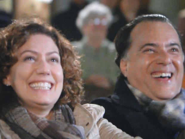 Totó e Juliana se divertem em sessão de cinema nas ruas da Toscana