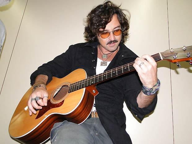 """Emílio toca """"Something"""", dos Beatles, ao violão"""