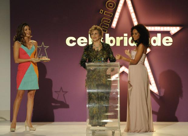 Clô recebe prêmio de Grazi e Taís