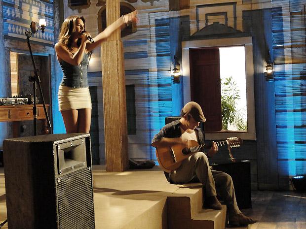 Nancy solta a voz ao lado de Caroço, que toca o violão