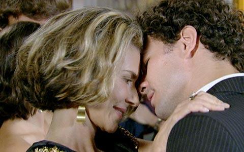 Após Sinval consentir, Agnello pede Stela em casamento (passione/tvglobo)