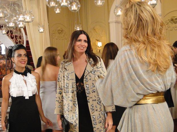 Jaqueline cumprimenta Suzana e Irina na inauguração do ateliê